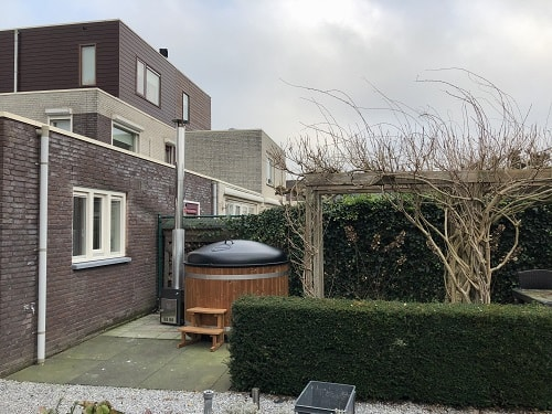 Thermowood hottub in de tuin